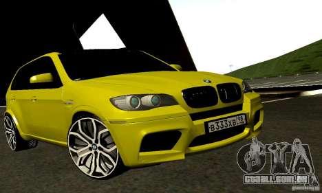 BMW X5M ouro para GTA San Andreas traseira esquerda vista